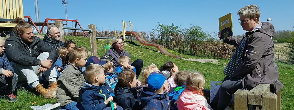 Dorthe Grønbæk læser for børn